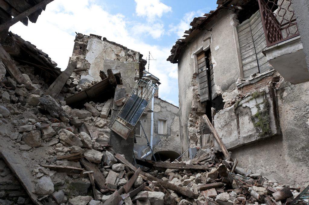 地震で崩れ去った家