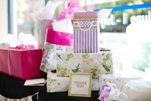 サンキュウのメッセージカードとプレゼントの品々