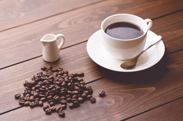 コーヒー豆といれたてのコーヒー