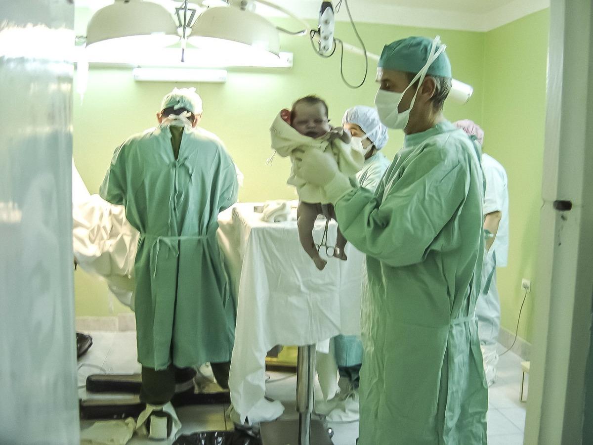 出産直後の赤ちゃんを取り上げる医師