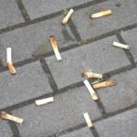 駐車場に散乱しているタバコの吸い殻