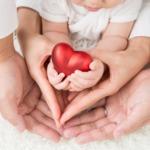 母の日・父の日は同時に贈ってあげよう。パパ、ママと孫の手にハート