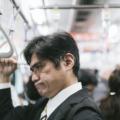 なんか臭いな。電車で気難しい顔をしている男性
