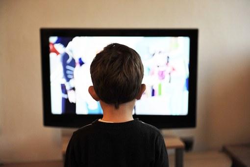 男の子がテレビを見ている画像