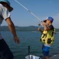 波止でアジ釣りをする親子