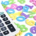 電卓と数字のおもちゃの画像