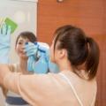 お風呂場の鏡が見えないとキレイ掃除している女性