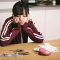 生活費を計算して不安を考える大学生