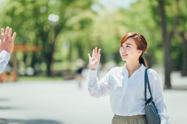 職場では男性と挨拶して距離を縮める女性