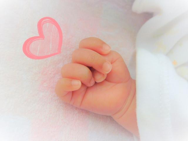 良く寝ている赤ちゃんの手