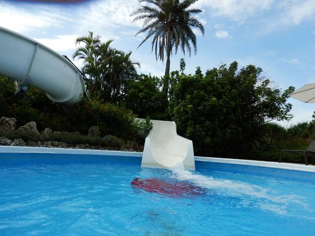 プールの滑り台。モータープールのイメージ