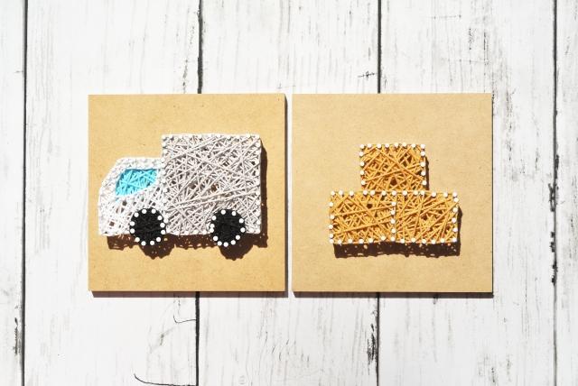 手芸で引っ越しのトラックと荷物のイメージ