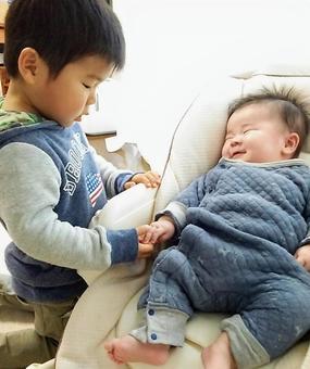 お兄ちゃんと遊んでいる赤ちゃん
