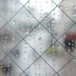 雨の日・窓に着いた雨つぶ
