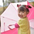 楽しそうに傘をさす子供