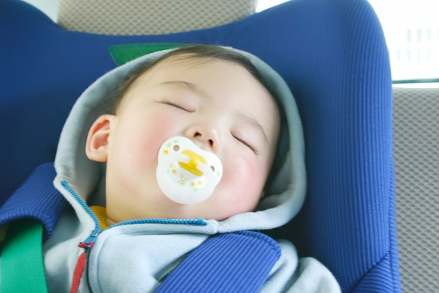 チャイルドシートでスヤスヤと眠っている赤ちゃん