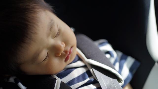 チャイルドシートでスヤスヤ眠る赤ちゃん