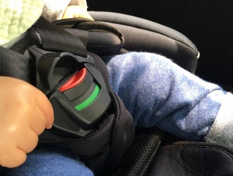 チャイルドシートに乗せている赤ちゃん