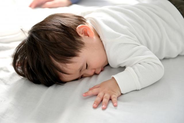 昼寝タイムにぐっすりと眠っている赤ちゃん