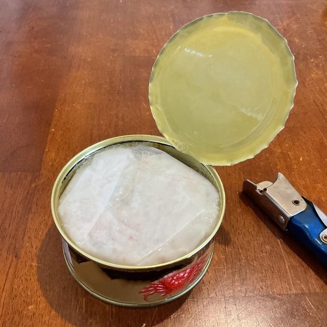 缶切りで開けた缶詰の画像
