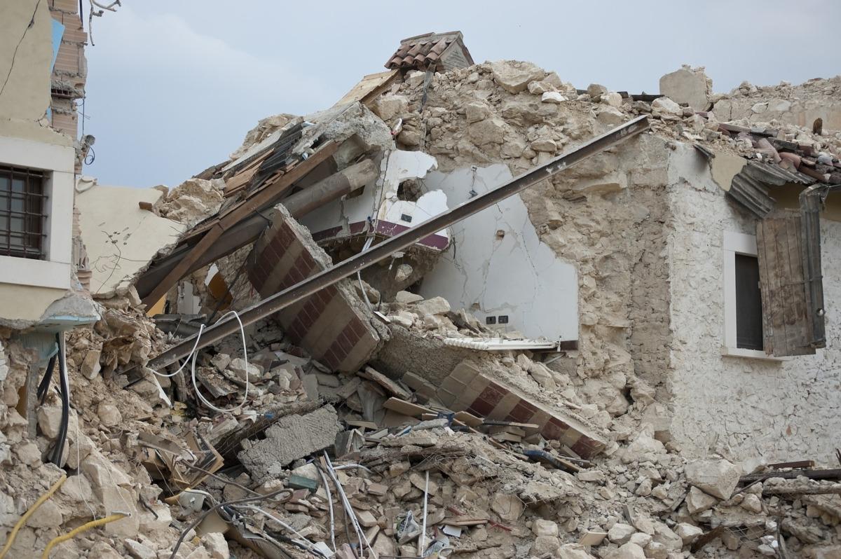 地震で崩れた建物の画像