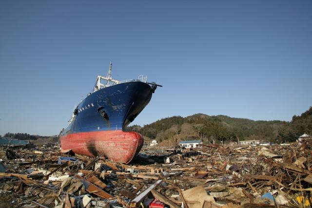 東日本大震災での被害にあった風景、乗り上げる大きな船