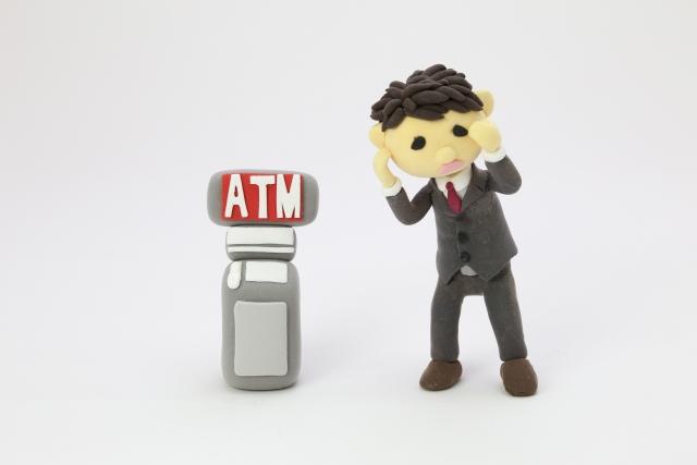 ATMの前に立つ男の人