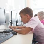 パソコンで授業を受ける子供