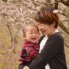 赤ちゃんと笑っているママ