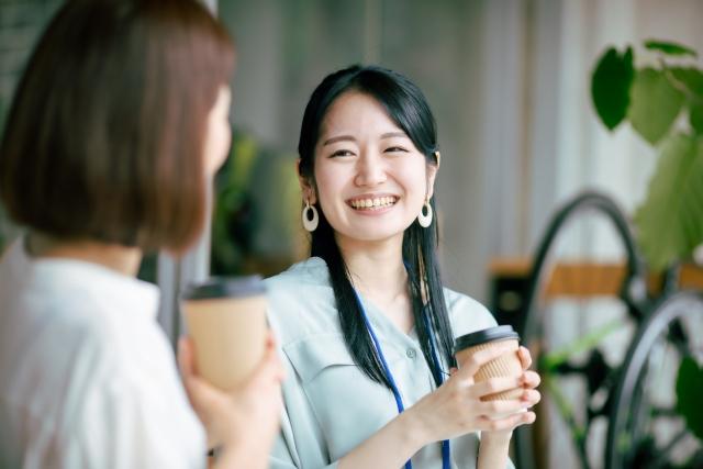 オフィスで会話する二人の女性