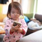 携帯を操作する子供